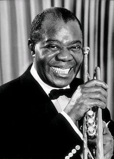 Louis Armstrong, nicknamed Satchmo or Pops, was an American jazz trumpeter, composer and singer who was one of the pivotal and most influential figures in jazz music. Jazz Artists, Jazz Musicians, Music Artists, Louis Armstrong, Nova Orleans, Musica Disco, What A Wonderful World, Photo Star, Black And White