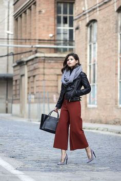 Stylish Scarf Outfit Ideas For Fall culottes pants, leather jacket and scarf Party Fashion, Work Fashion, Fashion 2017, Fashion Outfits, Skinny Fashion, Fasion, Fashion Ideas, Mode Chic, Mode Style