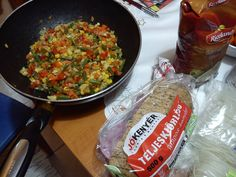 párolt zöldség és teljes kiőrlésű kenyér