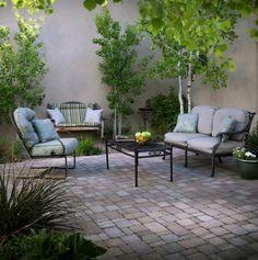 Herrliche Terrassengestaltung Sitzecke Pflanzen Bodenbelag Pflastersteine