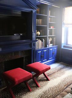 Interior designer Asia Baker Stokes takes a trapped-in-the-past library brilliantly into the present Modern Home Furniture, Furniture Design, Library Bookshelves, Bookcases, Blue Home Decor, Blue Carpet, Elle Decor, Traditional House, Alter