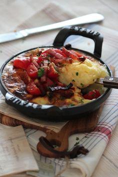 なめらかなマッシュポテトにチーズの入ったふんわり卵のオープンオムレツ。トマトをのせて夏らしいアレンジレシピです。