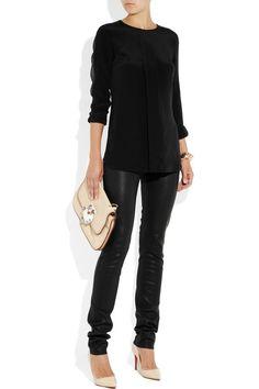 Calça preta de couro + blusa preta + scarpin nude
