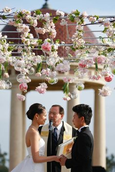 Adorable flower bulbs at Li Xiaopeng's wedding (via style me pretty)