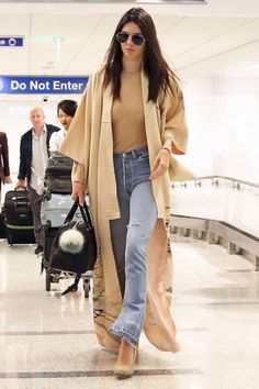 Kendall Jenner Wore the Most Extra Look for a Deli Run and We Love It Jenner goes casual chic for her flight from London to Los Angeles wearing a tan bodysuit and RE/DONE Kendall Jenner Outfits, Kendall Jenner Mode, Kimono Outfit, Kimono Fashion, Boho Fashion, Look Boho, Look Chic, Boho Style, Casual Chic