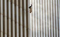 Het verhaal achter de beklijvende foto van de man die 15 jaar geleden loodrecht…