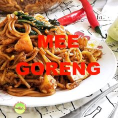 This video shows you how to prepare Mee Goreng Mamak. This recipe is based on how the Indian Muslims cooked in Malaysia, which taste just like the Mamak restaurant five minutes from my house. Malaysian Curry, Malaysian Cuisine, Malaysian Food, Malaysian Recipes, Vegan Recipes Easy, Asian Recipes, Vegetarian Recipes, Cooking Recipes, Asian Egg Noodle Recipes