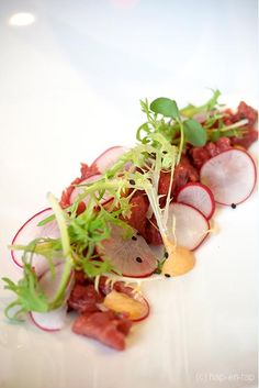 Beef tartare with mint, coriander and ginger Bistro Food, Food Plus, Ceviche, Some Recipe, Flan, Food Presentation, Food Plating, Food Inspiration, Catering