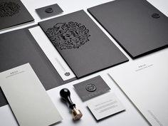 Horst brand identity // Classique, belle utilisation de médiums. J'aime le sceau de cire noire et la découpe à l'emporte pièce. Beau contraste de brillance, J'adore! Beautiful!