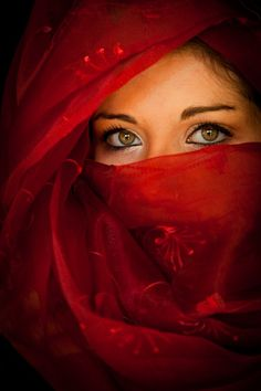 Lady in red veil and eyes Beautiful Eyes, Beautiful People, Beautiful Women, Pretty Eyes, Amazing Eyes, Beautiful Pictures, The Face, People Of The World, Shades Of Red