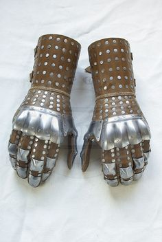 gauntlet reproduction from Wisby n. 3, mid. XIV c.