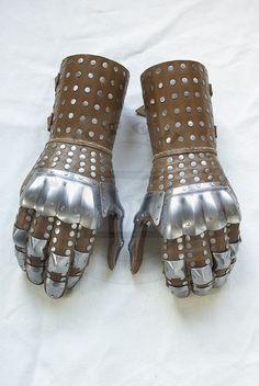 Rękawice wzorowane na rękawicach z Wisby nr 3, połowa XIV wieku./Gauntlets based on gauntlets from Wisby n. 3, mid. XIV c.