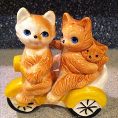 Cats on the  go - salt and pepper