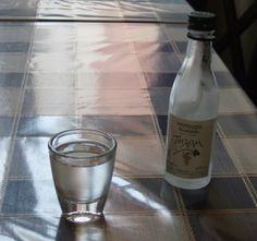 O Uzo, ou Ouzo, é a bebida típica da Grécia, destilado do álcool feito com base de anis, que fica branco quando misturado com água. O Uzo pode chegar até a 50% de concentração alcoólica.Eu não sou muito fã de anis e preferio Tsipouro, que dizem ter dado origem a produção do Uzo, já que começou a ser feito pelo monges ortodoxos do Mt Athos. O Tsipouro também é bem forte e pode ser tomado misturado com água.