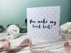 Suchst du eine tolle Karte zum Ausdrucken und verschenken? Entdecke hier tolle Kartensprüche rund um Liebe und Valentinstag. Die Postkarten kannst du ganz einfach auf dem Blog ausdrucken! In A Heartbeat, Place Cards, Place Card Holders, How To Make, Blog, Valentine Day Cards, Mother's Day, Round Round, Diy Crafts