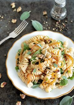 INGREDIENTS 350 g/12 oz pasta of your choice (I used a GF fusilli) 4 large onions 3 cups of fresh spinach handful of chopped toasted walnuts For the walnut cream: ½ cup of walnuts 1,5 tsp wh...