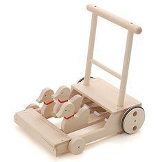 お子さまに、より安全性と知育性の高い木製玩具を得意とする日本メーカー<コイデ>から、押し車をご用意いたしました。押すとカタコト音を立てながら、アヒルが上下に動きます。