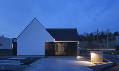 写真 Gable Roof, Modern Bungalow, House Roof, Opera House, Building, Outdoor Decor, Projects, Home Decor, Closet