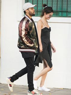 Selena Gomez and The Weeknd, took their chill style to Buenos Aires, and she wore the perfect simple summer outfit. Selena And Abel, Selena Gomez The Weeknd, Selena Gomez Dress, Selena Gomez Style, Style Outfits, Date Outfits, Chill Style, Simple Summer Outfits, Matches Fashion