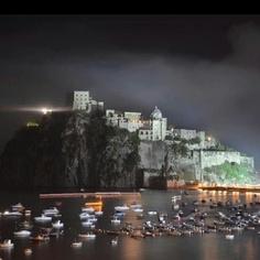 Un castello in versione serale (instagrama foto di lucindagomez62)