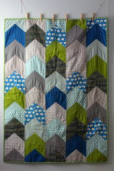 arrow quilt -- to be honest, I hate the color scheme, but I love the pattern Geometric Patterns, Quilt Patterns, Chevron Quilt Pattern, Quilting Projects, Quilting Designs, Sewing Projects, Fabric Crafts, Sewing Crafts, Arrow Quilt