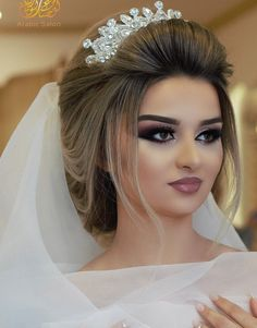 Pin by Jeffrey Mathai on Maquillage de Mariage in 2020 Evening Wedding Makeup, Bridal Hair And Makeup, Wedding Hair And Makeup, Hair Makeup, Wedding Bun Hairstyles, Sexy Makeup, Prom Hair, Hair Beauty, Trends