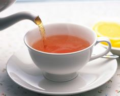 Coffee and tea represent a morning ritual for a lot of people. But coffee isn't at all healthy; Here are 5 reasons to replace coffee with tea Drinking Warm Lemon Water, Lemon Water In The Morning, Drinking Tea, Wedding Buffet Menu, Tea Wallpaper, Wallpaper Desktop, Poppadoms, Tea Benefits, Morning Ritual