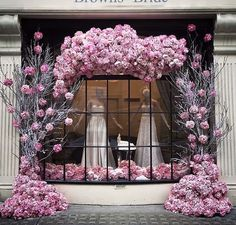 Newest Pictures Bridal Boutique storefront Strategies Their complicated to know what you may anticipate when you first go to a stunning wedding dress bout Bridal Boutique Interior, Boutique Decor, Boutique Design, Design Floral, Deco Floral, Vitrine Design, Store Window Displays, Shop Interiors, Store Fronts