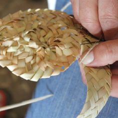 The leaves of the dwarf fan palm, a plant native to the Algarve's Barrocal and mountain regions, are used in this weaving technique, known locally as empreita.  Palm weaving is traditionally done by women, producing objects required for storing, transporting and preserving food items.
