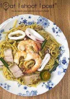 Singapore Style Fried Hokkien Mee Recipe | ieatishootipost Singapore Food, Malaysian Food, Rice Noodles, Pork Belly, Korean Food, Food Menu, The Dish, Asian Recipes, Yummy Food