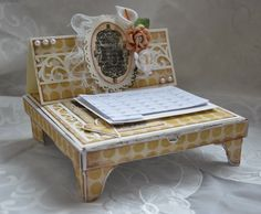 Boitatou coffret-chevalet, création de Sandra McKelvey. Easel Cards, Craft Box, Creations, Paper Crafts, Clock, Drawer, Gifts, Scrapbooking, Easel