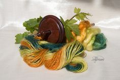 die Ringelblume (Calendula officinalis) ist eine Wundheildroge, die auch zur Divination  verwendet wird, sie hat mich zu diesem Garn inspiriert with Kromski Handspindle made from elder wood finish is mahogany
