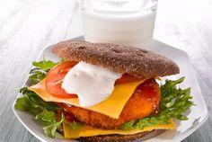 Kanahampurilainen ✦ Hampurilaiset on helppo valmistaa myös kotona. Kokojyväleipään tehty hampurilainen on myös terveellinen välipala tai lounas. Nauti maidon kanssa! http://www.valio.fi/reseptit/kanahampurilainen/
