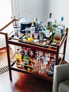4 Steps to Creating the Best Home Bar. Loved this bar cart idea! The post 4 Steps to Creating the Best Home Bar appeared first on Best Pins for Yours. Home Bar Decor, Bar Cart Decor, Building A Home Bar, Home Bar Essentials, Bar Pub, Bar Trolley, Bar Carts, Modern Home Bar, Home Bar Accessories