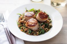 Seared Scallops with lemony farro and arugula salad. This healthy recipe for seared scallops is served atop a warm lemon-garlic farro salad tossed with peppery arugula. Farro Recipes, Arugula Salad Recipes, Shrimp Recipes, Fish Recipes, Healthy Grains, Healthy Eating, Healthy Cooking, Clean Eating, Quinoa