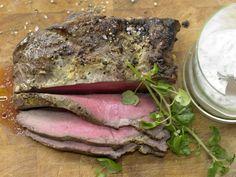 Roastbeef mit Mandel-Remoulade und Brunnenkresse: Roastbeef ist ein idealer Lieferant für Eiweiß, Eisen, Niacin, Zink und Vitamin B12.