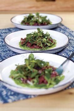 Tartar de res ahumada con verdolagas, salsa verde cruda y salsa X.O