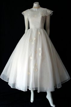 Gorgeous Sylvia Bridal Originals dress in excellent condition. This dress will look as beautiful today as it did for the vintage bride. Old Fashion Dresses, Old Dresses, Vintage Dresses, Vintage Outfits, Fashion Outfits, 1950s Fashion, Vintage Fashion, Tea Length Wedding Dress, Wedding Dresses