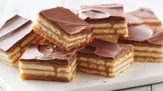 Recette et commentaires pour Barres de caramel aux craquelins triple couche - ces barres étagées au caramel et au chocolat faciles à confectionner donnent une nouvelle tournure aux traditionnelles barres de caramel aux craquelins.
