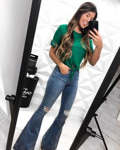 A imagem pode conter: 1 pessoa, telefone e sapatos Cute Summer Outfits, Cute Casual Outfits, Spring Outfits, 70s Outfits, Fashion Outfits, Fashion 2020, Look Fashion, Jeans For Tall Women, Flare Jeans Outfit