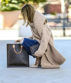 Amazing Sasha wearing Sweater and scarf from Knit Fashion, Vogue Fashion, Girl Fashion, Style Fashion, Casual Fall Outfits, Cool Outfits, I Love Mr Mittens, Estilo Glamour, Executive Woman