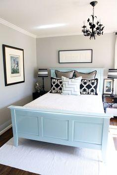 Hem misafir odası hem de yatak odası için çok uygun, aydınlık seçimler. Small Master Bedroom, Home Bedroom, Light Bedroom, Bedroom Furniture, Bedroom Apartment, Furniture Ideas, Dark Furniture, Spare Bedroom Decor, Apartment Therapy