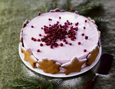 Koristele puolukkamoussekakun reunat piparkakuilla ja ripottele pinnalle puolukoita. Biscuit Cookies, Biscuit Recipe, Christmas Desserts, Christmas Baking, Mumbai Street Food, Just Eat It, Mousse Cake, My Best Recipe, Amazing Cakes