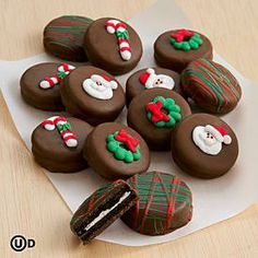 Christmas Chocolate Covered Oreo® Cookies and other chocolates Christmas Deserts, Christmas Chocolate, Christmas Cupcakes, Holiday Desserts, Holiday Baking, Holiday Treats, Christmas Baking, Holiday Recipes, Christmas Holidays