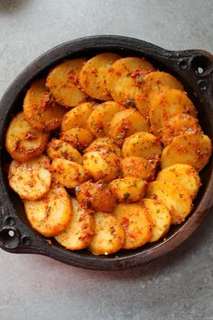 Alors aujourd'hui, je vous propose une recette marocaine à base de pomme de terre, que vous pouvez tout aussi bien servir comme plat principal ou bien comme accompagnement. La chermoula est une marinade à base d'épices, d'herbes, de jus de citron et de gousses d'ail. C'est une recette très simple à réaliser, elle se compose...