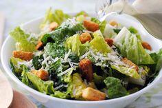 Αν για κάποιο λόγο δεν μπορείτε να πετύχετε την σαλάτα του Καίσαρα στο σπίτι, δοκιμάστε αυτή τη συνταγή και θα την λατρέψετε!  Τι θα χρειαστούμε: 4 κ