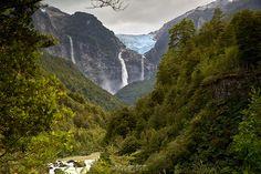 Noelegroj (De regreso de Carretera Austral) posted a photo:  El Parque Nacional Queulat se ubica 165 kms al norte de la ciudad de Coyhaique en la Region de Aysen a tan solo 6 kms de Puyuhuapi. Con mas de 4000mm de lluvia al año se caracteriza por su abundante vegetacion, una verdadera jungla siempreverde de Bosque Patagonico Valdiviano y tambien por su abrupta geografia que ofrece fiordos, montañas, multliples lagos y lagunas, ventisqueros, rios y cascadas. Uno de los mayores atractivos es…
