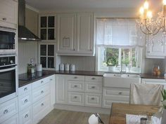 like the cabinets Cottage Extension, Eat In Kitchen, Kitchen Ideas, Diy Kitchen Storage, Decoration, Home Kitchens, Sweet Home, New Homes, Kitchen Cabinets