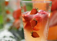 Refreshing fruit flavors, minty taste, loads of antioxidants – this infused water is a delicious way to kickstart your metabolism while toning your digestive system and feeling energized. Like all the members of the berry family, raspberries are. Lemon Infused Water, Infused Water Recipes, Detox Recipes, Smoothie Recipes, Healthy Recipes, Juicer Recipes, Healthy Food, Breakfast Smoothies, Fruit Smoothies
