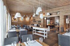 Restauracje Sopot- stoliki oraz  białe lampy powieszone na sznurkach
